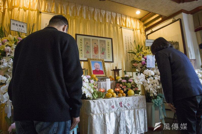 總統蔡英文上午前往前副總統李元簇靈堂悼念,並對家屬表達慰問之意。(取自總統府@flickr)