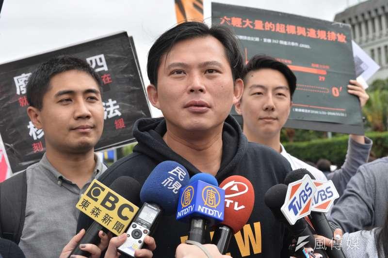 20170311-反核大遊行,黃國昌接受媒體採訪。(甘岱民攝)