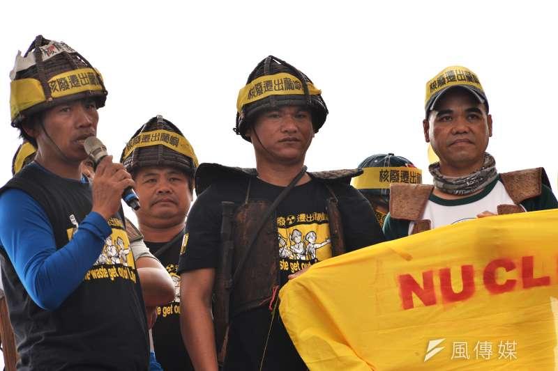 20170311-反核大遊行,蘭嶼青年上台表達訴求。(甘岱民攝)