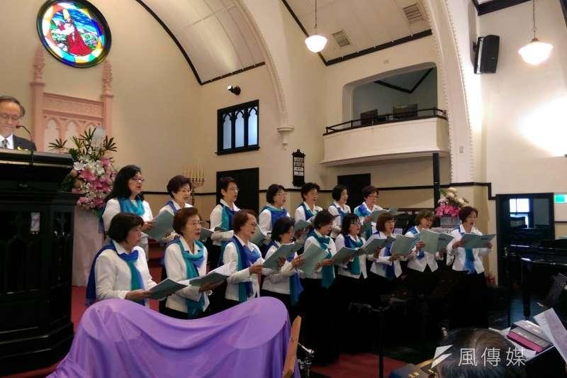 由六名228受難者陳炘、施江南、林連宗、李瑞漢、李瑞峰、徐春卿家屬今(11)日於台北市中山教會舉行追思禮拜,吟唱聖詩,以悠然旋律緬懷228先烈。(黃麒珈攝)