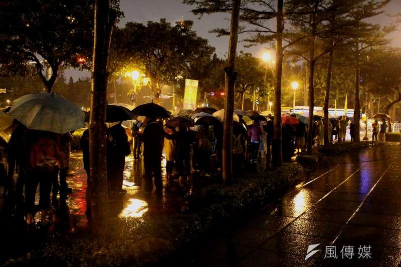 10日是西藏抗暴58周年,晚間的寒風冷雨中,西藏台灣人權連線發起「310西藏抗暴 夜行一起挺圖博」活動,民眾於雨中夜行。(方炳超攝)