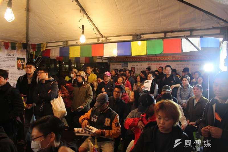 10日是西藏抗暴58周年,晚間的寒風冷雨中,西藏台灣人權連線發起「310西藏抗暴 夜行一起挺圖博」活動,民眾熱情參與。(方炳超攝)