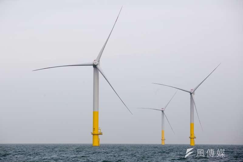 台電確定要砸740億擴大彰化、桃園沿海離岸風電、以及全台太陽光電的併網容量。圖為德國離岸風機風場。(資料照,顏麟宇攝)