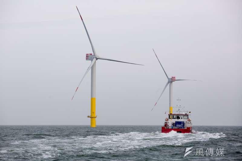 台灣長期缺乏海事工程經驗和人才,離岸風電7000億元大餅,恐被外商海撈。圖為工作船駛過德國離岸風機風場海域。(資料照,顏麟宇攝)
