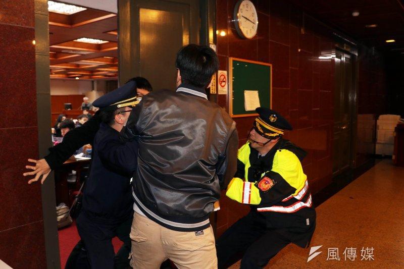 2017-03-15-自稱夏林清學生闖入立法院,遭駐警攔下03-蘇仲泓攝