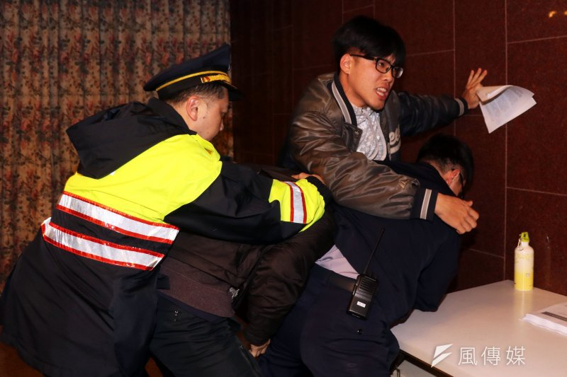 3名自稱夏林清學生的民眾16日上午試圖闖進立法院,向教育部長潘文忠陳情,不過遭駐警擋下。(蘇仲泓攝)