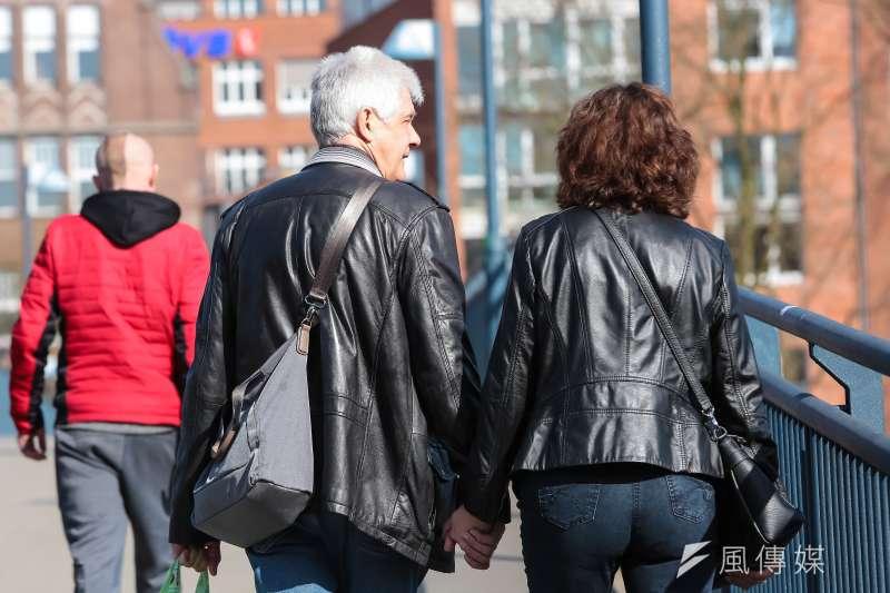 (示意圖)德國不萊梅Bremen,於威悉河畔散步的老夫妻。(顏麟宇攝)