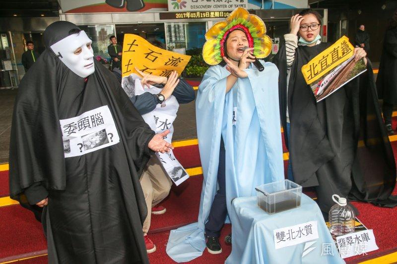 環保團體19日於台北市政府前上演行動劇,表示翡翠水庫是涵養大台北地區近600萬人民的水源,反對北宜直鐵通過水庫。(陳明仁攝)