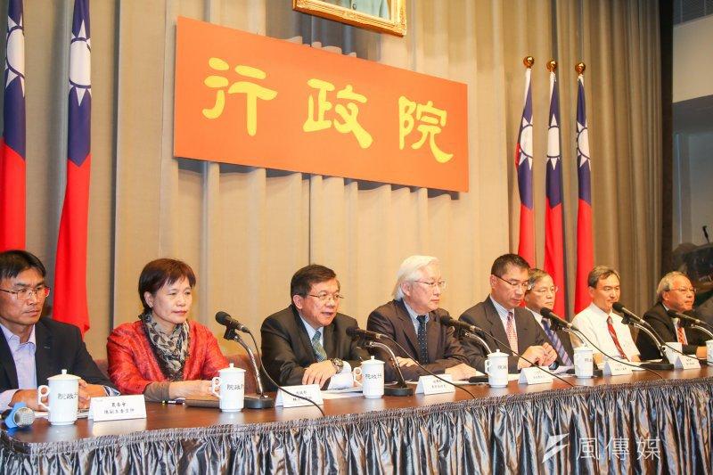 行政院20日召開「前瞻基礎建設計畫」記者會,公布綠能與水環境投資內容。(陳明仁攝)