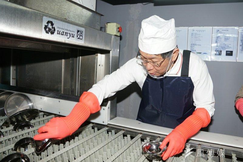 20170321-台北市長柯文哲參觀士林市場不鏽鋼餐具洗滌設備。(盧逸峰攝)