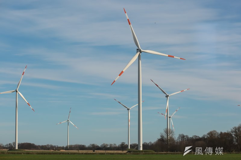 經濟部標檢局今(19)日發出我國首批「再生能源憑證」,一張憑證代表1000度綠電,首批通過者包括包括台積電、台北市、中華電信、奇美、台塑旗下的台朔重工、台電等均入列,多為該公司機關本身設置的太陽能及陸域風力發電,尚未納入再生能源發電業者,共268張憑證。(顏麟宇攝)