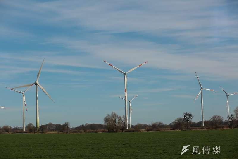 德國是能源轉型模範生,但轉型過程中也犯了錯,德國經濟能源部能源政策司長赫登期許台灣勿重蹈覆轍。圖為德國柏林鐵路沿線風力發電風場。(資料照,顏麟宇攝)
