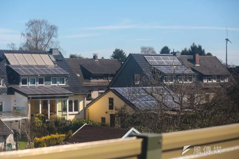 20170322-德國綠能專題,德國不萊梅bremen,不萊梅周邊附近民宅屋頂上的太陽能板及遠方的風力發電機組。(顏麟宇攝)