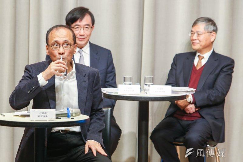 行政院長林全出席前瞻基礎建設記者會,他花很長時間侃侃而談。趁隙喝口水。(陳明仁攝)