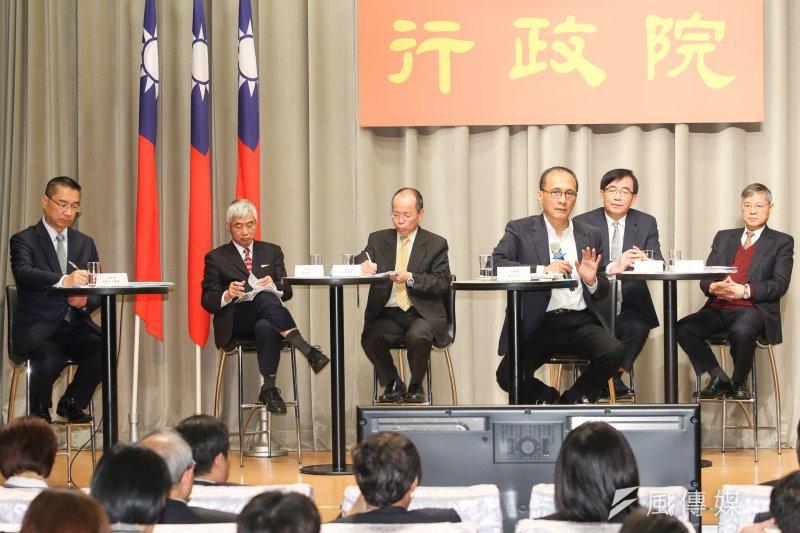 交通部長賀陳旦(左一)表示,希望透過本次4241.33億元特別預算,帶動7000億元產業投資。(陳明仁攝)