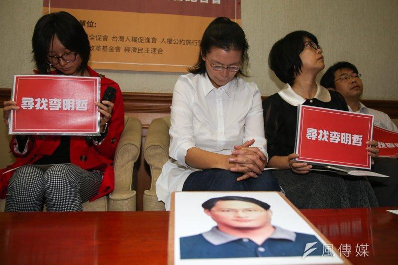 李明哲妻子李凈瑜(左二)28日表示,希望透過海基會將高血壓藥品及金錢協請陸方轉交。(資料照,陳明仁攝)