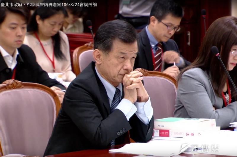 法務部長邱太三24日出席憲法法庭辯論後,成為焦點人物。(取自臺北市政府、祁家威聲請釋憲案網路直播)