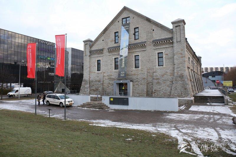 「田中央歐洲巡迴展」邁向第二站來到了愛沙尼亞首都塔林(Tallinn),愛沙尼亞建築博物館外特製台灣字樣的展覽訊息戶外布條,向民眾推廣。(田中央聯合建築師事務所提供)