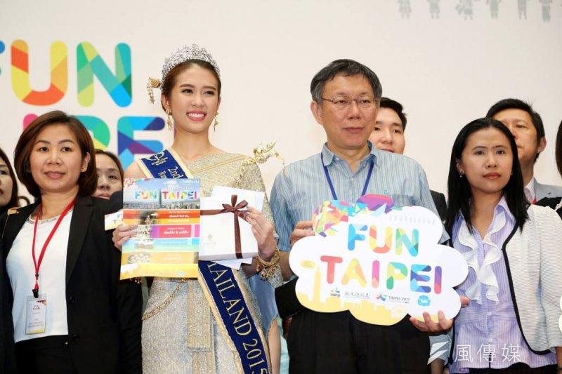 柯文哲26日率市府團隊出訪馬來西亞、泰國及印度考察市政,推動城市外交。圖為日前柯與泰國免簽首發團台北親善大使合照。(資料照,取自柯文哲臉書)