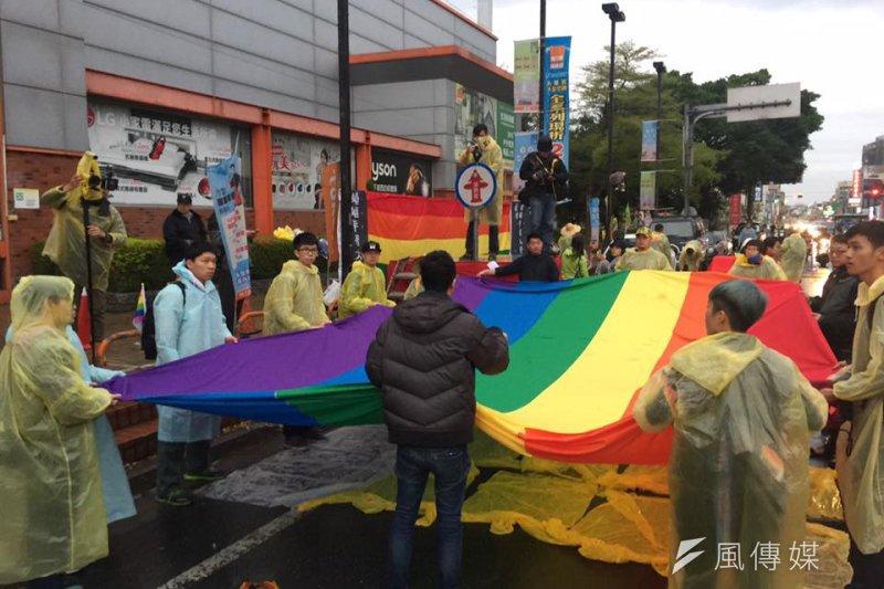 挺同團體婚姻平權大平台26日展開「彩虹接駕」,迎接大甲媽祖鑾轎。(取自婚姻平權大平台臉書)