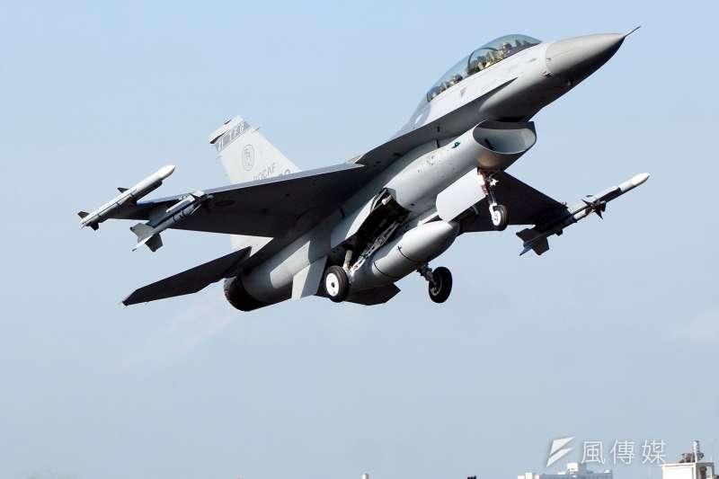 今年「漢光33號演習」電腦兵推以務實態度預判2025年國共兩軍的軍力,我方將以已完成戰力提升後的F-16V和IDF戰機,迎戰共軍。圖為F-16戰機。(資料照,蘇仲泓攝)