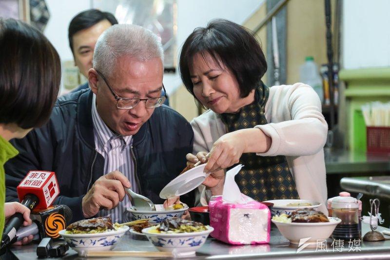 前副總統吳敦義27日與夫人蔡令怡至西門町吃燉肉飯,慶祝結婚47周年。(顏麟宇攝)