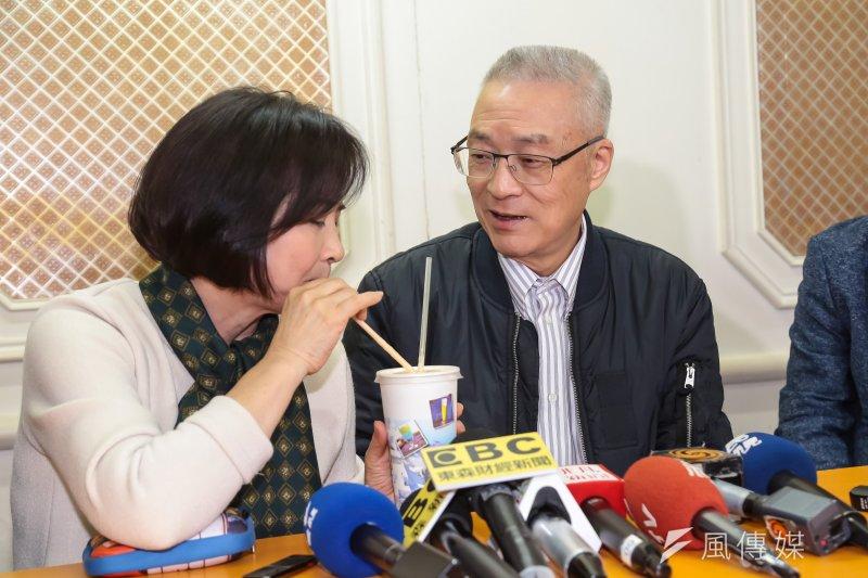 20170327-前副總統吳敦義27日與夫人蔡令怡至西門町吃燉肉飯,慶祝結婚47週年,並牽手步行至電影街共飲一杯木瓜牛奶。(顏麟宇攝)
