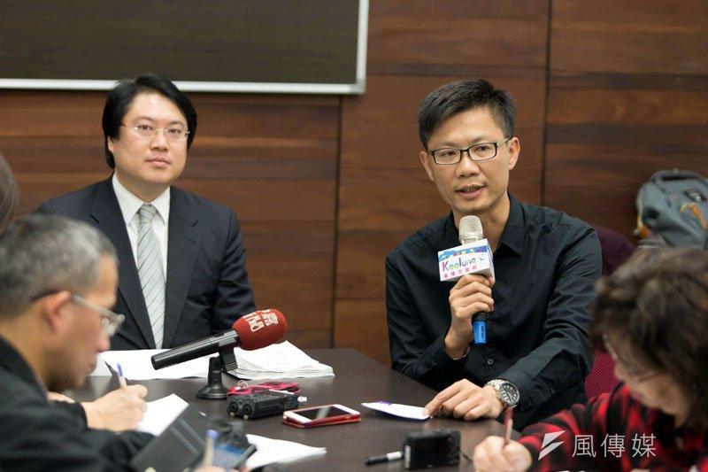 基隆市長林右昌及社會處長吳挺鋒(右),針對工安意外要重罰。(圖/張毅攝)