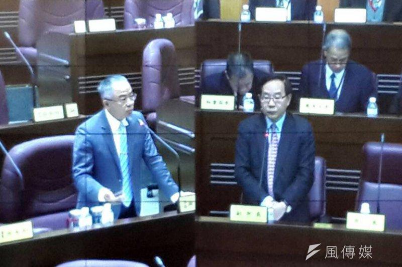 桃園市議會國民黨團書記長徐玉樹(圖左)建議市府暫停對一例一休開鍘。(圖/范文濱攝)