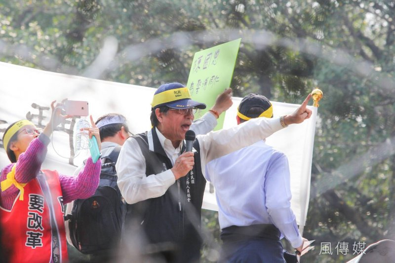年金改革各版本即將付委,抗爭勢難避免。圖為反年金改革團體抗議,李來希領頭抗議與警方對抗。(顏麟宇攝)