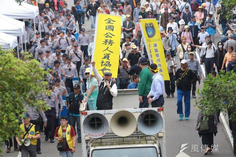 反年金改革團體抗議,李來希領頭抗議與警方對抗。(顏麟宇攝)