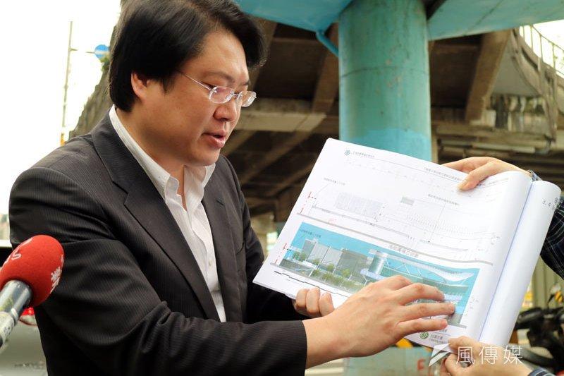 市長林右昌說明圍牆拆除後,市府未來的規劃。(圖/張毅攝)