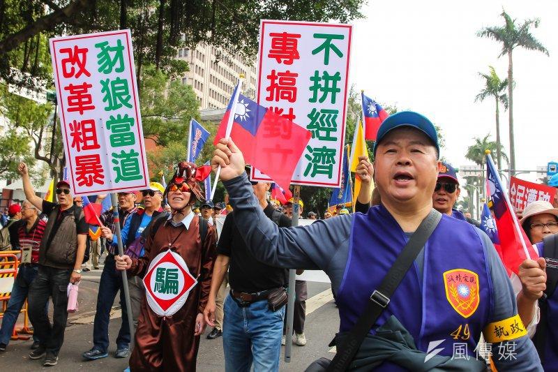 由於年金改革爭議,退休軍公教團體於立院前陳情抗議。(資料照,顏麟宇攝)
