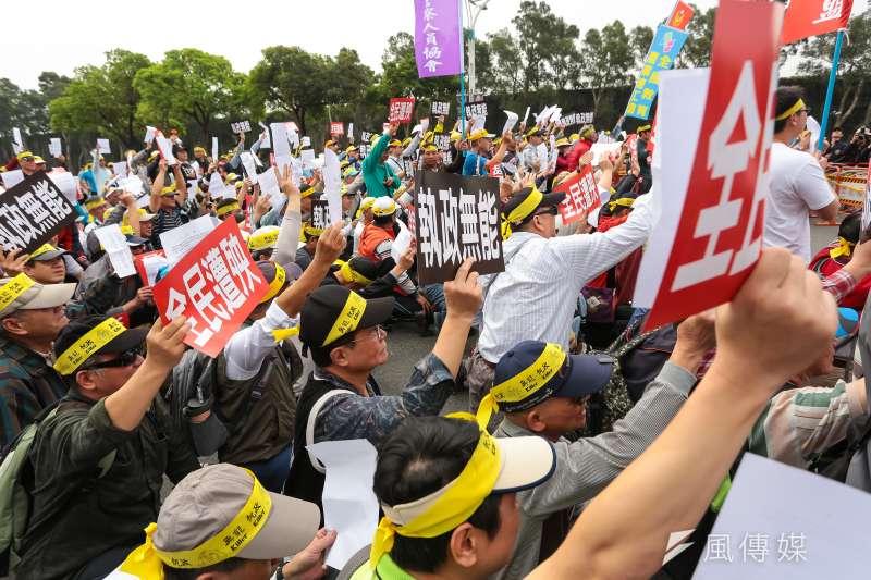 台灣警消聯盟29日至忠烈祠前向總統蔡英文陳情,並手持「執ˊ政無能」「全民遭殃」標語。(顏麟宇攝)