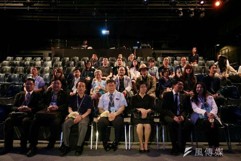 柯文哲聽取Sodsai Pantoomkomol Center for Dramatic Arts(朱拉隆功大學戲劇學院)簡介,聽到「閉目養神」。(取自台北市政府)
