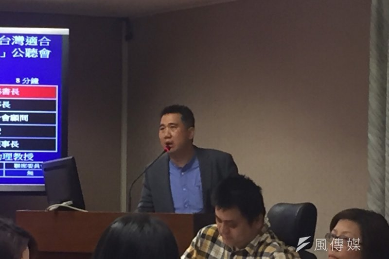 立法院內政委員會30日召開「台灣適合步行嗎?從弱勢角度看公共通行權公聽會」。台北市視障者家長協會秘書長藍介洲30日表示,因為導盲犬也是色盲,希望未來所有紅綠燈都能夠設置有聲裝置。(李泰誼攝)