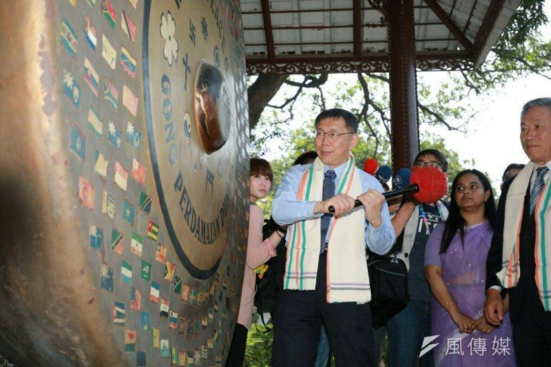 柯文哲出訪東南亞談到「去蔣化」又引起正反不同意見。圖為柯文哲探訪印度 德里甘地紀念館。(取自台北市政府)