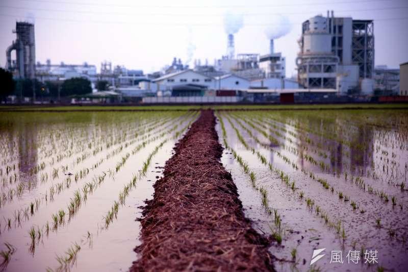 台灣工業區閒置土地長期以來難以解決,房地產上漲帶動工業區土地囤積,甚至違規興建工業住宅,而許多廠商則直接在農地上蓋工廠,以高雄市為例,高雄大社、大寮、仁武、岡山便有大量地下工廠。圖為示意圖。(Toomore Chiang@flickr/CC BY SA-3.0)