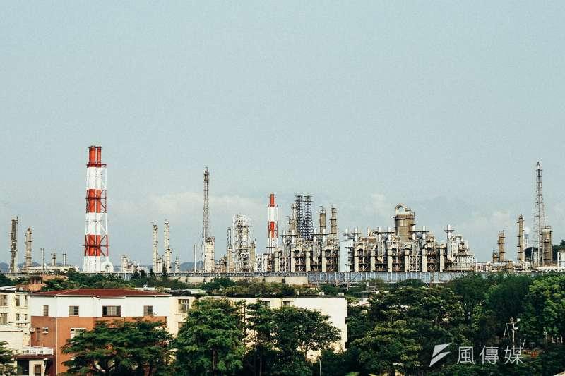 經濟部證實五輕將整廠輸出到印尼;此外,中油也在印度投資1700億元打造石化園區。圖為中油位於高雄後勁的五輕煉油廠。(資料照,陳威翰攝@flickr)