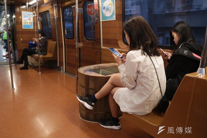 台北捷運全線車廂內年底前將可無線上網,淡水、板南線將自7月下旬起陸續開通。(資料照,顏麟宇攝)