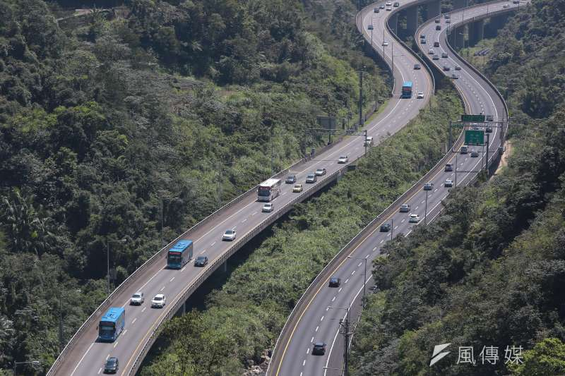 20170403-清明連假第三日,國道五號坪林段雙向車多,但並未塞車。(顏麟宇攝)