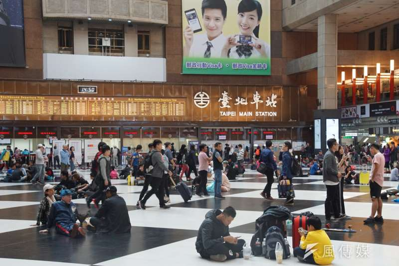 作者呼籲台鐵於規劃各地車站商場空間時,勿忘自身肩負的公益性的任務,絕不能單純以「商業利益最大化」來考量一切。(資料照,盧逸峰攝)