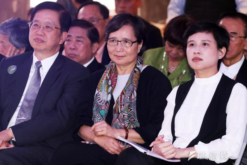 「100%言論自由」特展開幕記者會6日下午登場,文化部長鄭麗君(右)與鄭南榕的妻子葉菊蘭(中)並肩而坐。(蘇仲泓攝)