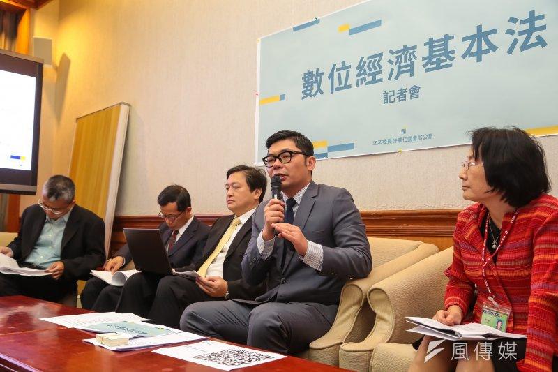 國民黨立委許毓仁6日召開「數位經濟基本法」記者會,並表示,期待這部法律能保障數位消費者的權益。(顏麟宇攝)