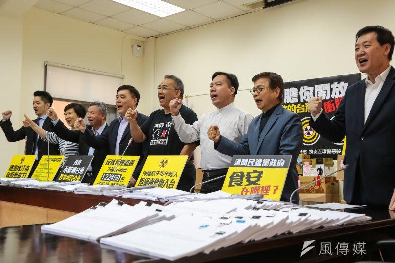 郝龍斌6日祭出12萬2000份返日本核食進口的公投連署,表示若民進黨政府敢開放,國民黨絕對會與民眾站在一起,貫徹公民不服從、包圍海關。(顏麟宇攝)