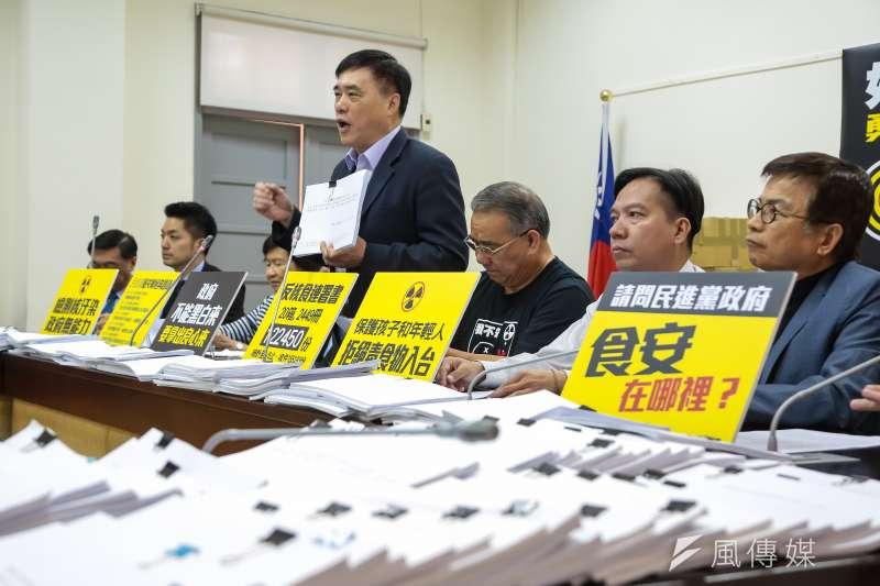 20170406-國民黨副主席郝龍斌、及立院黨團6日召開「好膽你開放,勇敢台灣人衝呀!」記者會,並將12萬餘份連署書放置桌上。(顏麟宇攝)