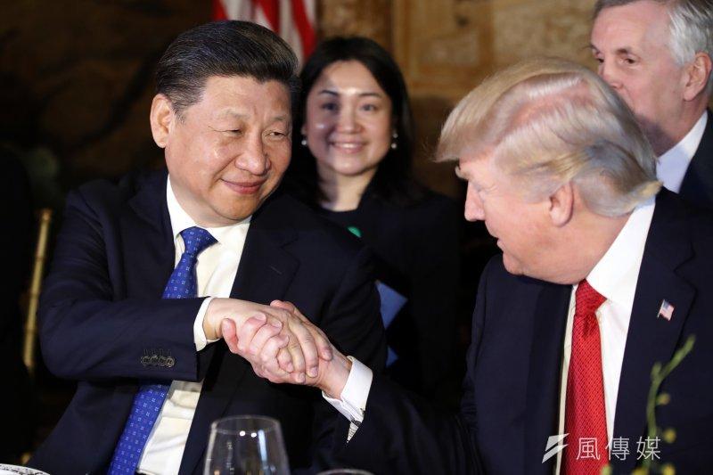 作者認為中國有一千條理由把中美關係搞好,沒有一條理由把中美關係搞壞。圖為美國總統川普與中國國家主席習近平(左)在佛羅里達的海湖莊園俱樂部首度會面。(AP)