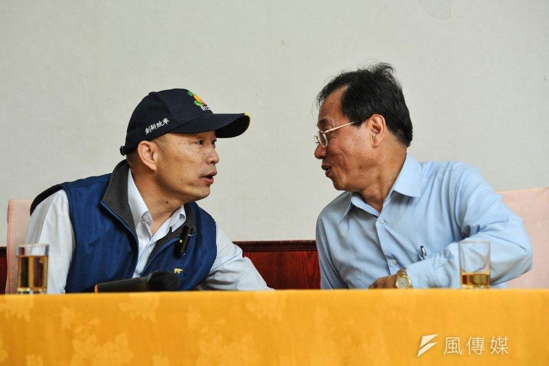 20170409-「年金改革-假改革,真鬥爭」演講會,李來希與韓國瑜四目相望。(甘岱民攝)