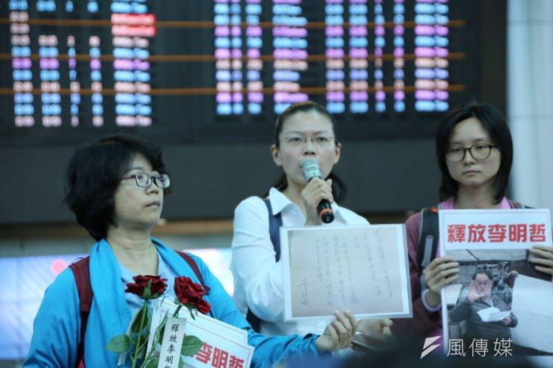 2017-04-10-李净瑜赴北京不成-於機場召開記者會-手持李俊敏的保證書-石秀娟攝