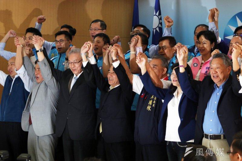 國民黨立院黨團邀請五名國民黨主席參選人政見發表座談會,會後一同合照,象徵大團結。(蘇仲泓攝)
